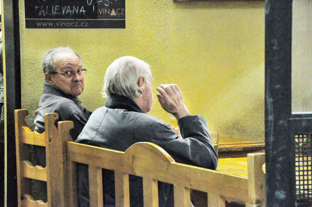 Štamgasti už od rána čakajú na svoju vínnu dávku.
