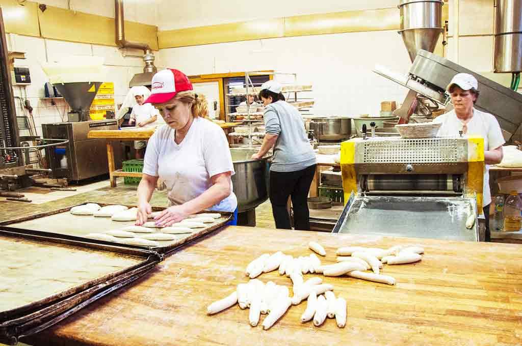 Ľudia si zvykli na pečivo, ktoré sa vČastej pečie bez prestávky. Mnohí si kvôli nemu urobia do obce zachádzku.