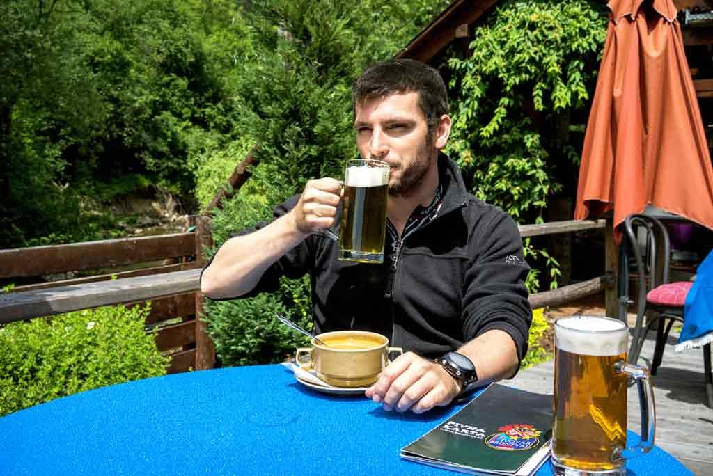 Turisti acyklisti si radi urobia prestávku pri chutnom pive.