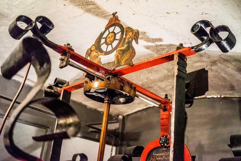 Na vrchole hodinového stroja je Ježiš Kristus, anjeli a koleso.
