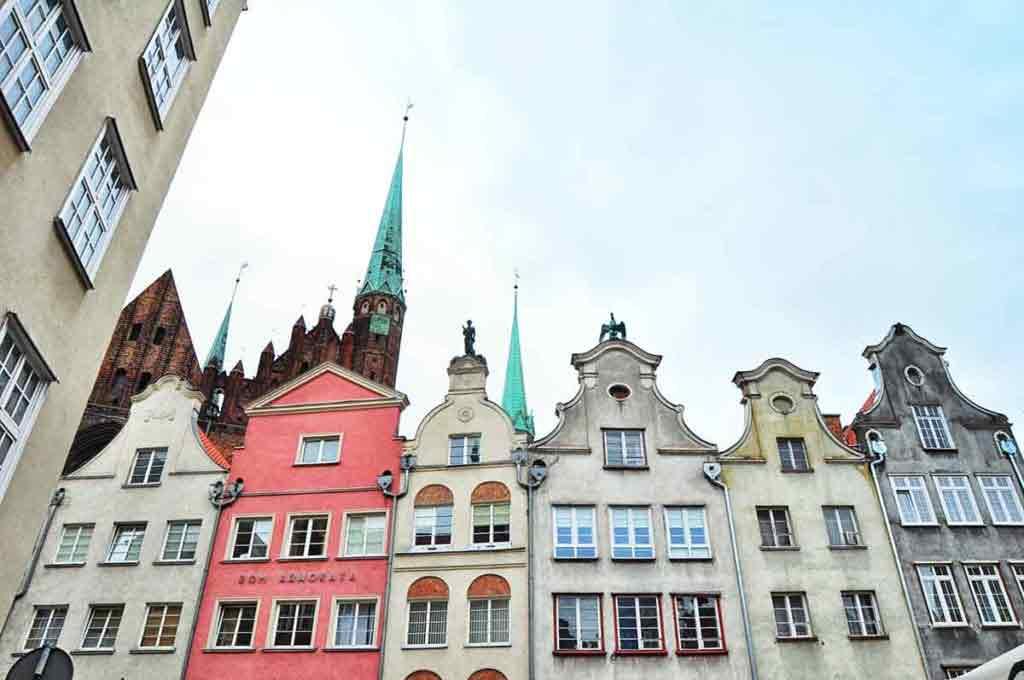 Vysoké a štíhle domy stoja ako nalepené jeden na druhý.