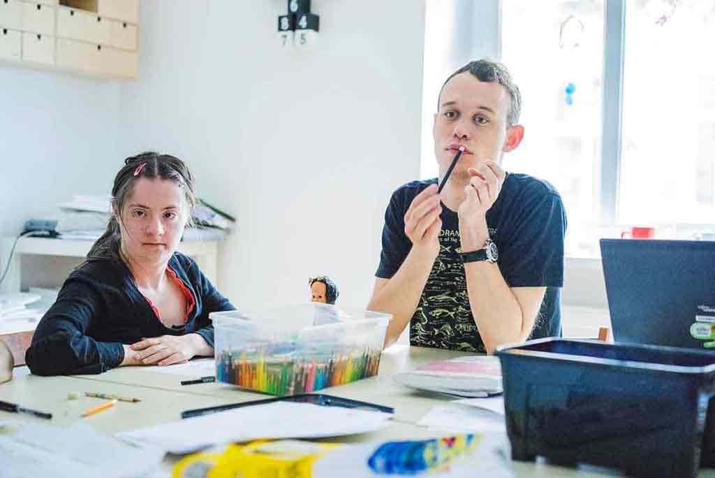 V dielni vznikajú nápady aj samotné kresby. Maťo a Lucka pri práci.