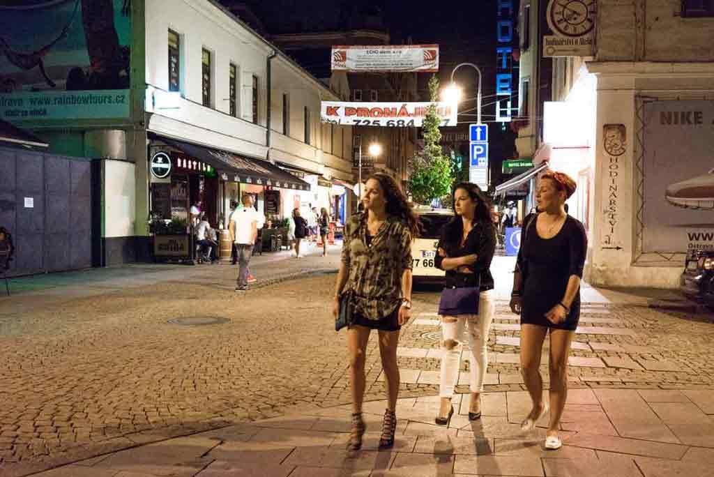 Stodolní ulica žije najmä v noci. Zabávať sa do tamojších podnikov chodia s obľubou skupinky žien aj mužov.