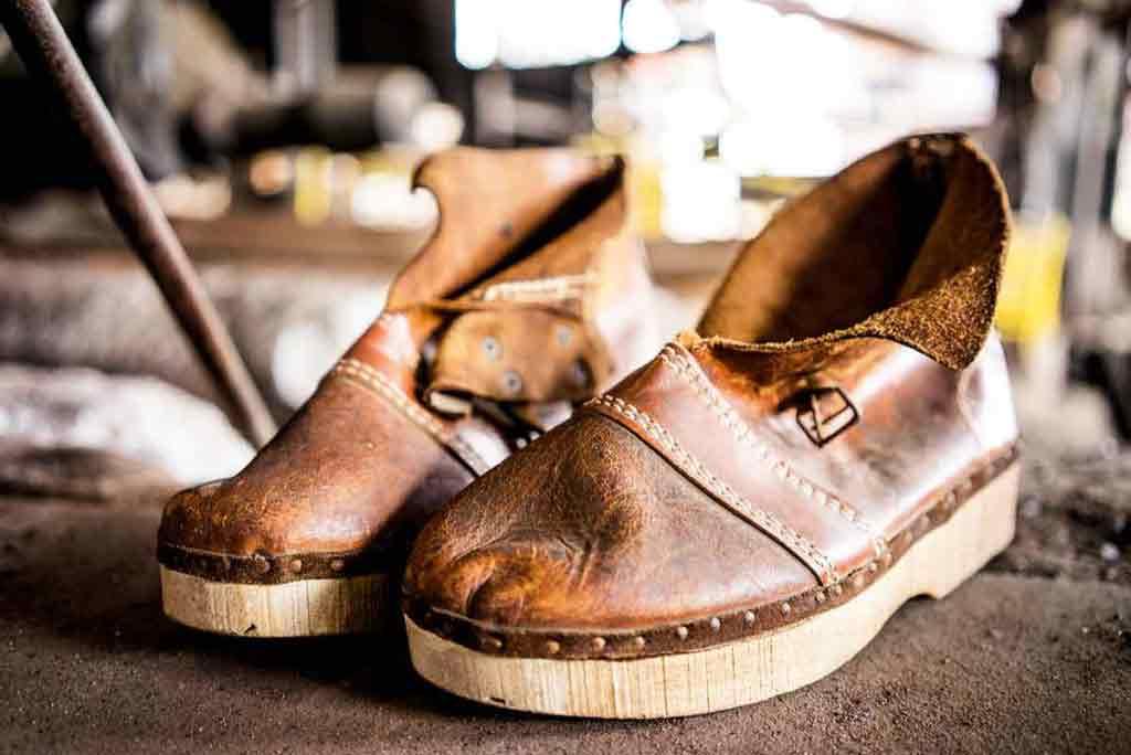 Topánky a oblečenie, v ktorých čakali muži na odpich. Z vysokej pece sa vtedy valilo horúce železo a striekalo všade navôkol.