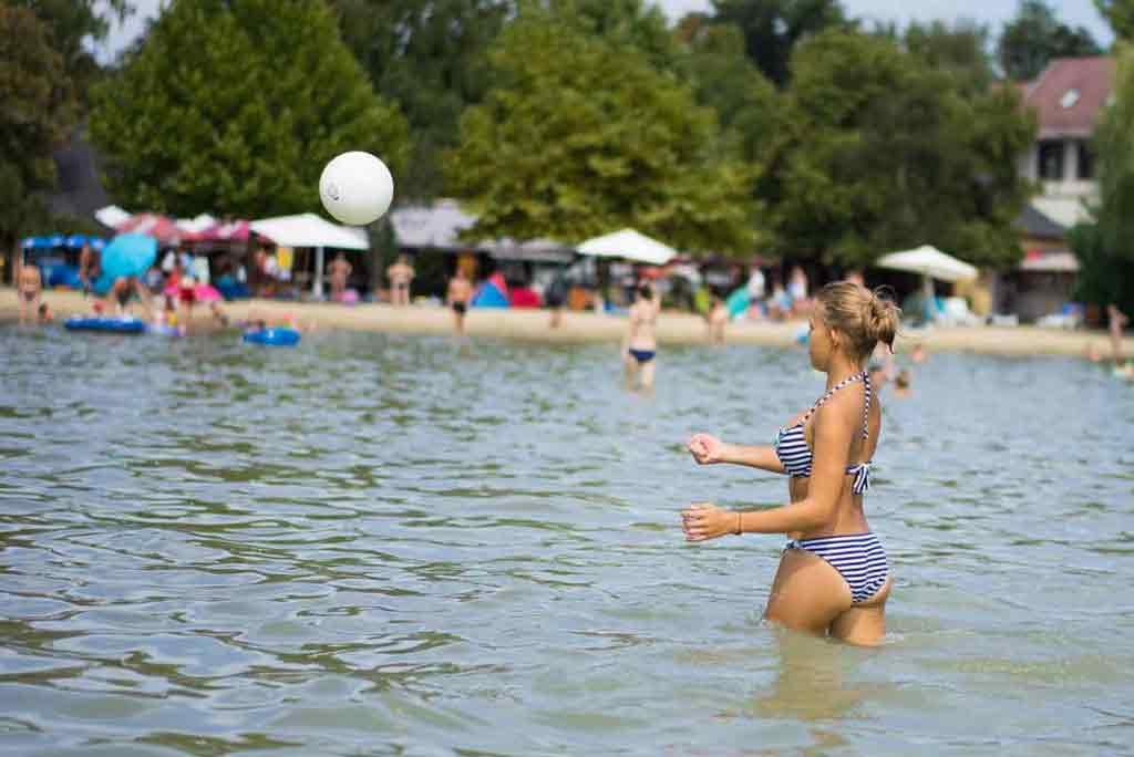 Voda v Balatone je plytká. Ľudia sa v nej radi opaľujú popritom, ako sa hrajú s loptou.