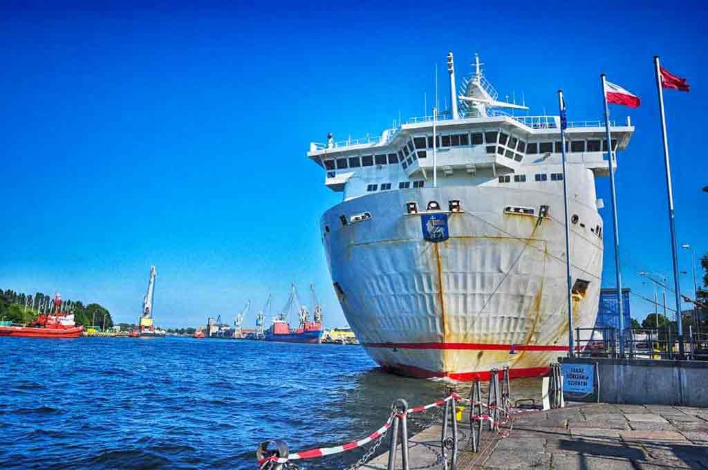 Veľký trajekt, ktorý odvezie pasažierov do Nórska a Švédska kotví v Gdaňskom prístave.