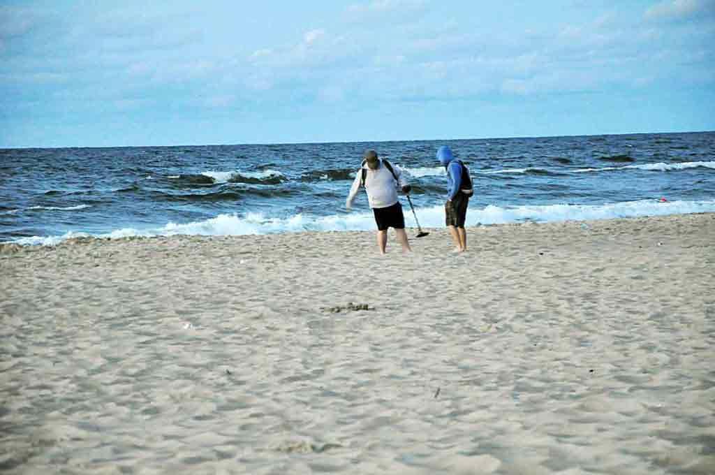 Poliaci sú výmyselníci. Niektorí sa celkom slušne uživia hľadaním mincí na plážach.