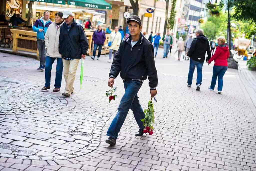 Aj v Zakopanom si hľadajú rôzne finty, ako z turistov vytiahnuť peniaze. Za príspevok na pofidérnu zbierku dostanú od mladého muža ružu.