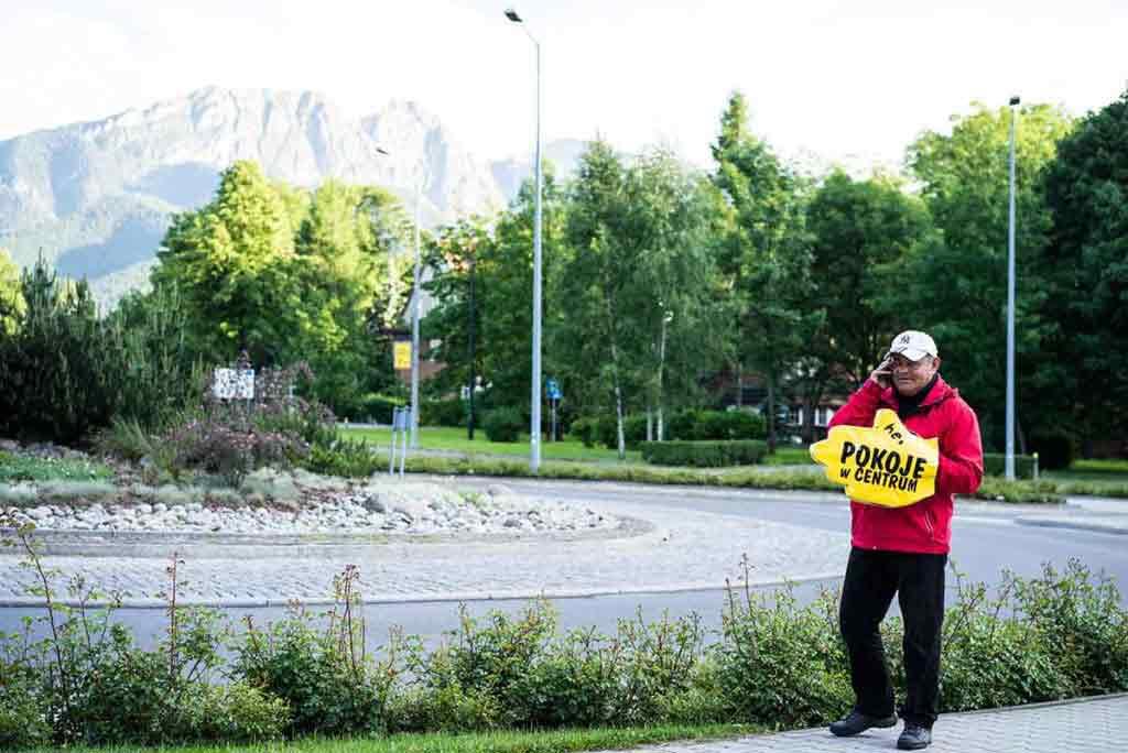 Poliaci sa vedia predať. Nemajú problém navigovať turistov celý deň s papierovou rukavicou na ruke.