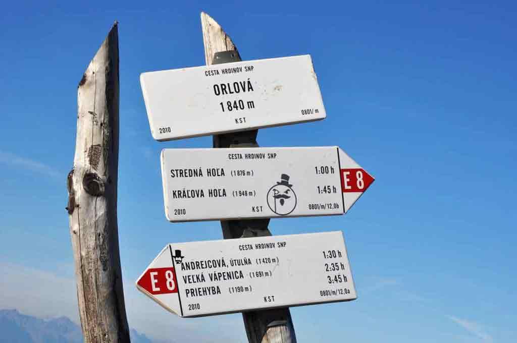 Turisti kráčajú po červenej značke, prespať môžu v útulniach Andrejcová, Ramža a Ďurková, tiež na chatách M. R. Štefánika pod Ďumbierom a na Kamienke pod Chopkom.