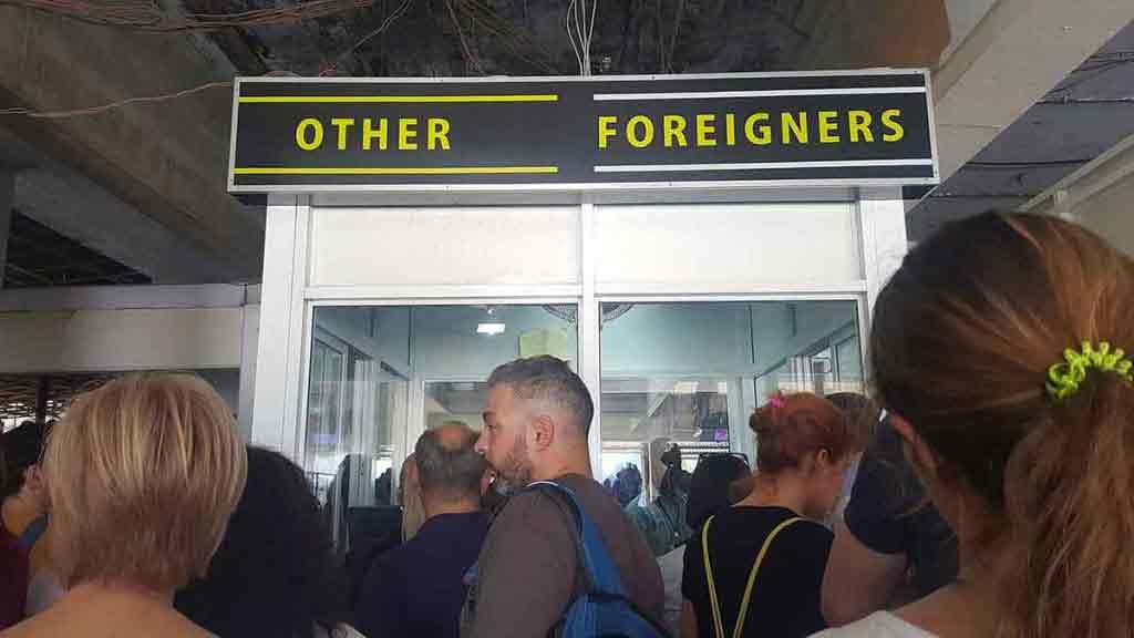 Takmer pri okienku druhého z troch radov. Odfotili si nás, zobrali odtlačky prstov a nechali preveriť naše pasy.