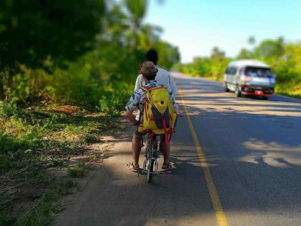 Hasan sa s tým nebabral. Nasadol na bicykel, Radovan na nosič a v momente sa rozprávali ako najlepší priatelia.