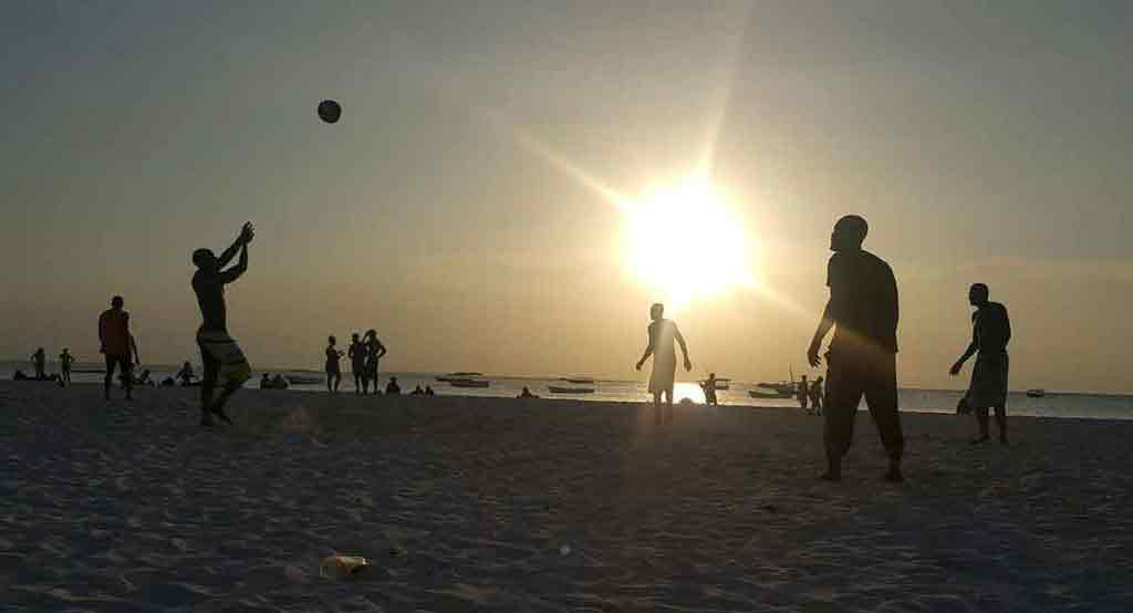 Pri západne slnka prichádzajú na pláž aj Zanzibarčania.