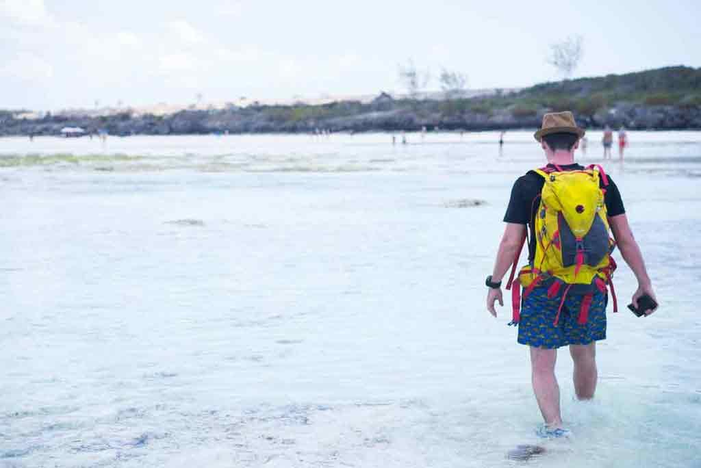 Zoskočili sme z lode a plytčinou kráčali na pláž.