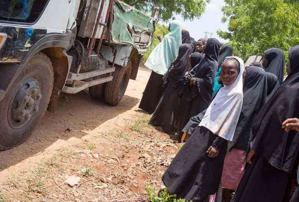 Deti odchádzajú v sprievode učiteľov. Ak sa vyzbiera dosť peňazí, čoskoro bude stáť na tomto mieste nová škola.