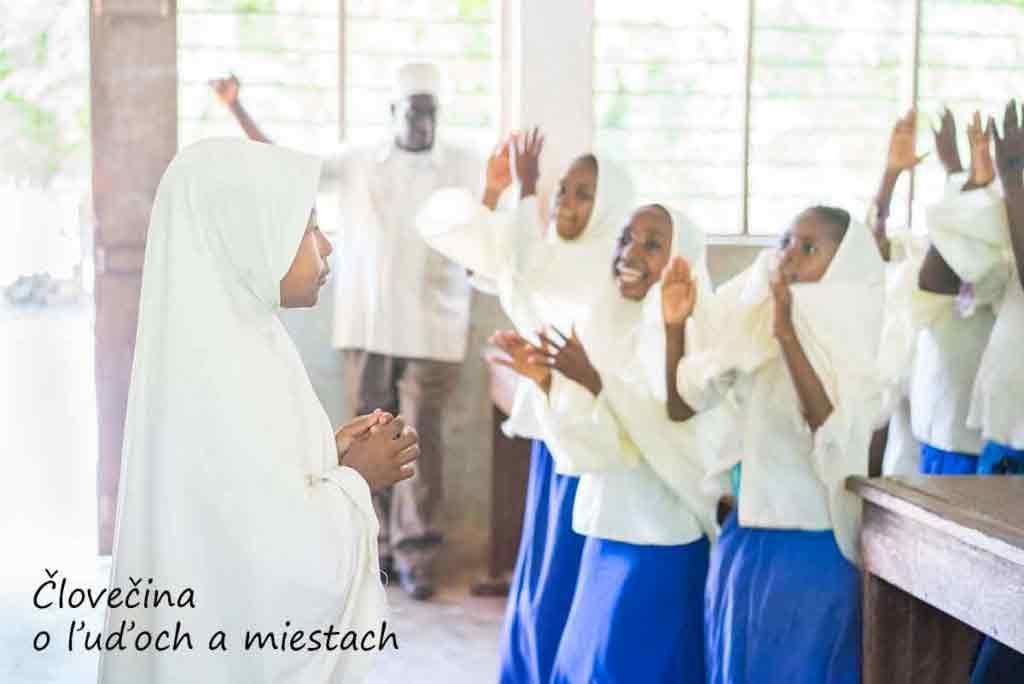 Deti sa rozcvičujú pred začiatkom vyučovania.