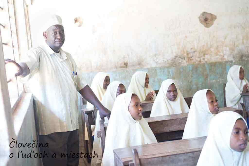 Riaditeľ školy Nassor Mohamed Said so žiakmi Fukuchani primary school.