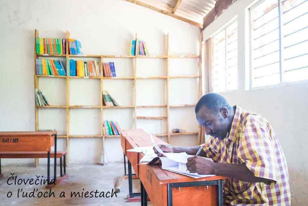 Učiteľ zo základnej školy Fukuchani si robí prípravu na vyučovanie v školskej knižnici. Za ním môžete vidieť všetky knihy, ktoré škola má.