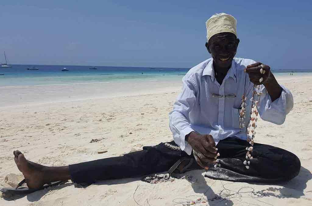 Tento predajca náramkov a náhrdelníkov z mušlí má cez 70 rokov. Koľko presne, to vôbec nie je podstatné.