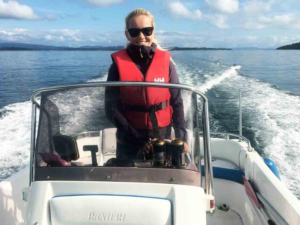 Bývajú hneď nad prístavom, jazdiť na lodi po nórskych fjordoch a chytať ryby, je ich obľúbená aktivita.